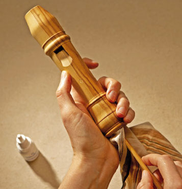 Oiling the head joint of a recorder